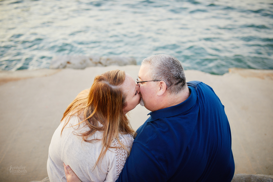 Kelly & Chris: Engagement Session at Edgewater Park